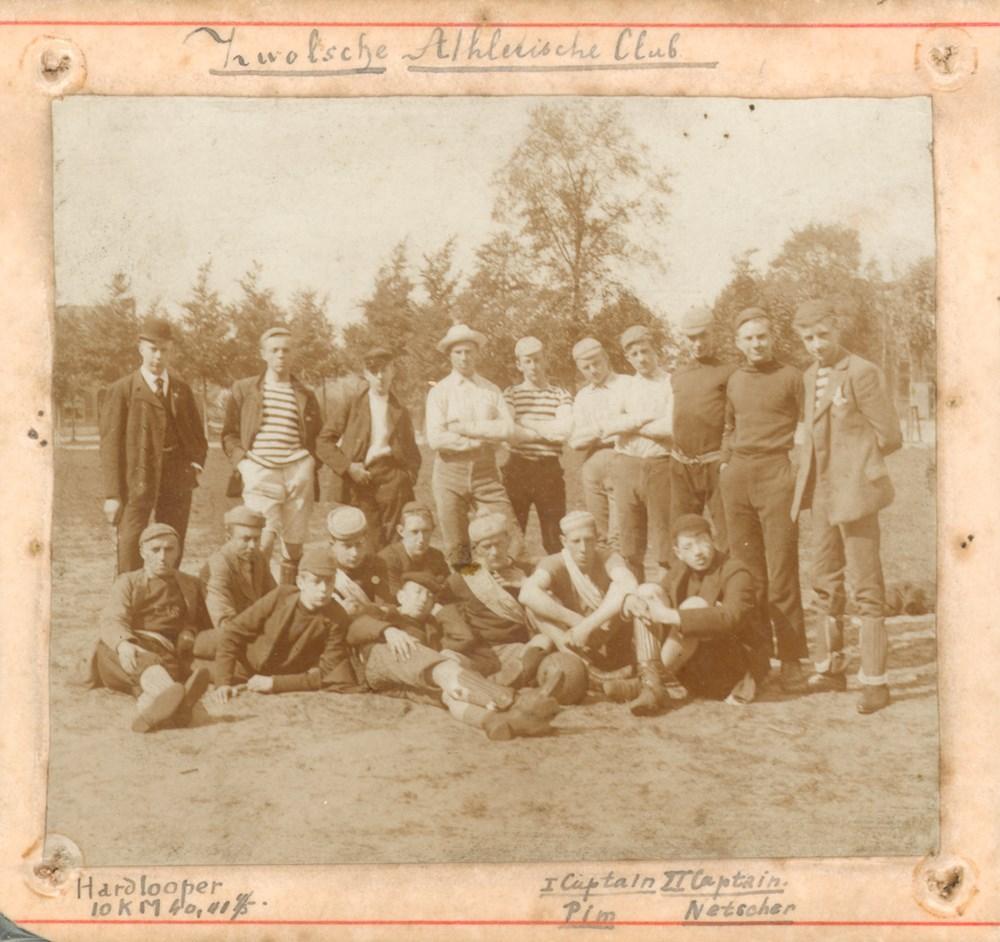 1893 Atletiek Atleten gefotografeerd op de Zwolse Turfmarkt.