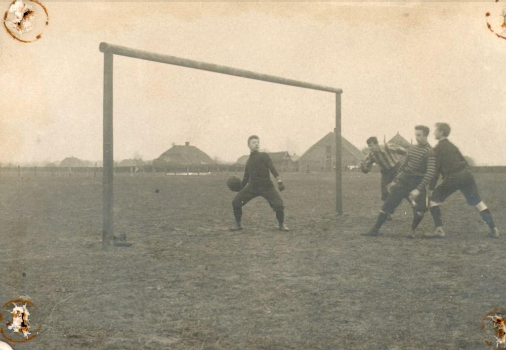 1900 Voetbal Z.A.C. speelt op het terrein aan de Hanekamp.