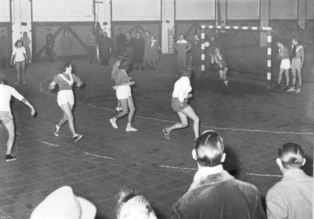 1957 Handbal Eerste zaalhandbalwedstrijden