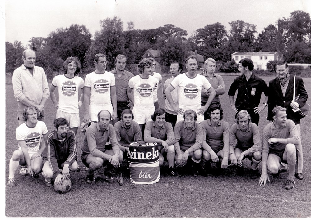 1973 Voetbal Wedstrijd tussen een team met Abe Lenstra (Heineken) en Z.A.C.