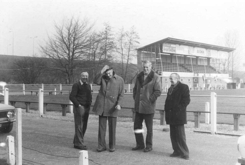 1973 Verenigingsleven Bestuursleden op het Z.A.C. terrein
