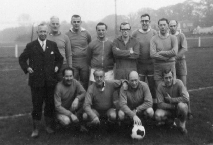 1968 Verenigingsleven Elftal van van bestuurs- en commissieleden rond het 75-jarig bestaan.